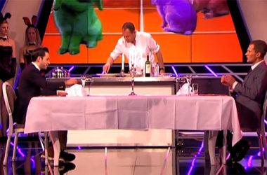 Dziennikarze z holenderskiego programu Króliki Doświadczalne zjedli po kawałku... siebie | fot. YouTube