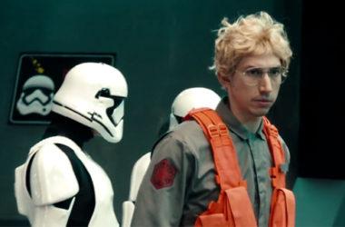"Adam Driver jako Kylo Ren w parodii ""Undercover Boss"" | fot. NBC"
