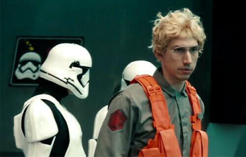 "Adam Driver jako Kylo Ren w parodii ""Undercover Boss""   fot. NBC"