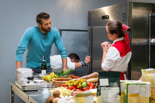 """Maciej Dowbor na planie programu """"Hell's Kitchen""""   fot. Polsat"""